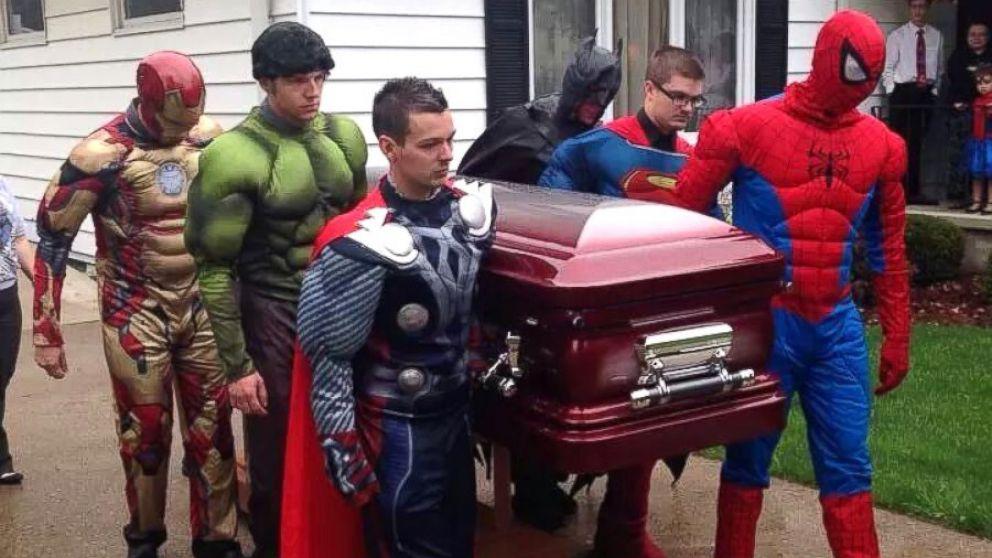 superheroes super eroi copil inmormantare